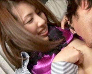 【人妻ナンパ】スレンダーで超綺麗な奥さんの美乳からまさかの母乳!エッチ大好き人妻がマ〇コを晒し淫乱過ぎて激エロ!