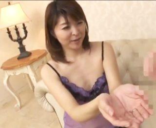 平凡すぎる日常に刺激を求める40歳の貧乳奥さん!初めての浮気で高揚しちゃった人妻が旦那に内緒で中出し大絶頂!
