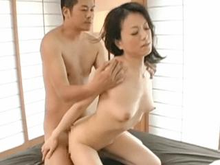 旦那との関係は最悪で他の男を求める43歳の奥さん!感度抜群の乳首を責められ久々過ぎるセックスでイキまくっちゃう!