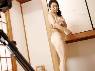 【初撮り】清楚な雰囲気と垂れ乳&デカ乳輪のギャップがエロすぎる43歳美人妻!セックスが大好き奥さんが初脱ぎで乱れまくり!