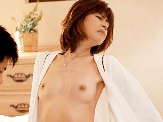 【芸能人】もちづきる美が童貞君の技巧派テクでイキまくっちゃう!綺麗でスタイル抜群のアラフィフ美熟女のセックスがエロ過ぎ!