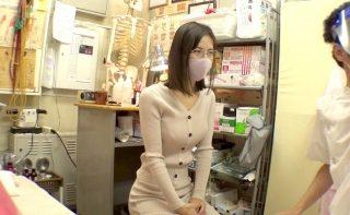 【エロ動画 素人】 肩こりと腰の症状で施術に来たスレンダー巨乳の人妻を寝取りましたwww