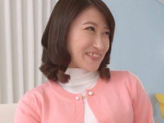 【初撮り】旦那よりも巨根が大好きな三十路の専業主婦!ヤバイくらいに乳首をフル勃起させ大興奮しちゃう!